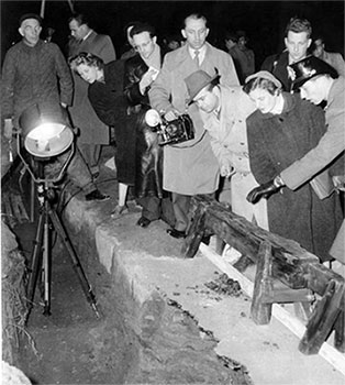 Media viewing the Berlin Tunnel
